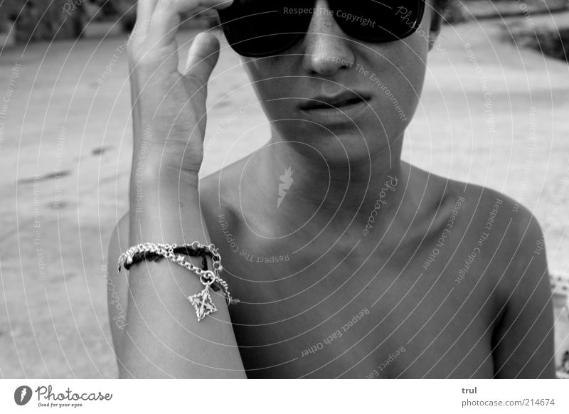 Kleidungsstück Brille feminin Junge Frau Jugendliche Haut Hand Schulter Schmuck Sonnenbrille Denken träumen warten dünn Coolness Ray-Ban lässig Körperhaltung
