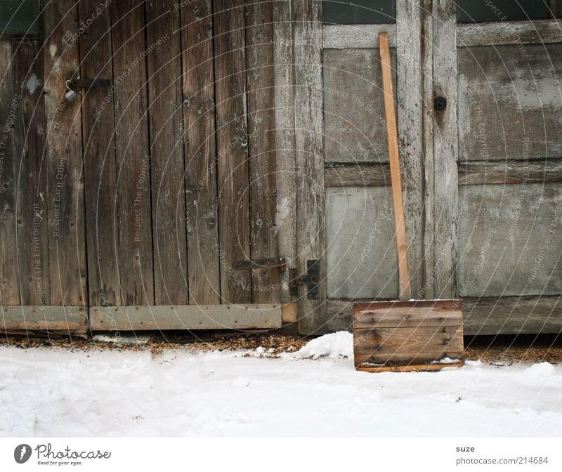 Schiebung alt Winter Umwelt kalt Schnee Holz grau braun Arbeit & Erwerbstätigkeit trist Autotür Hütte Scheune Schneedecke Winterdienst Pflicht