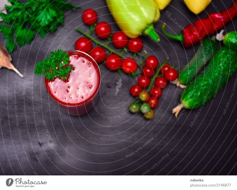 Tomatensaft in einem Glas Gemüse Kräuter & Gewürze Vegetarische Ernährung Diät Erfrischungsgetränk Saft Küche Holz grün rot schwarz Kirsche Paprika Hintergrund