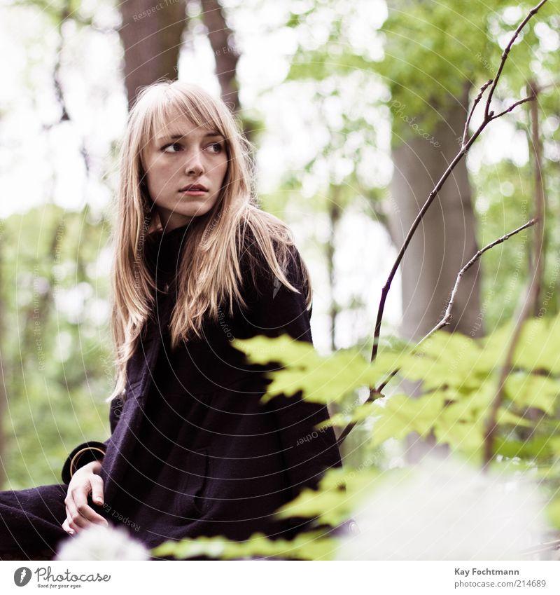 ...und wieder ein mädchen im wald..01 Mensch feminin Junge Frau Jugendliche 18-30 Jahre Erwachsene Natur Baum Wald Mantel blond langhaarig beobachten sitzen