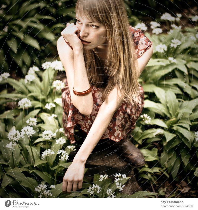 ...und wieder ein mädchen im wald..02 Mensch feminin Junge Frau Jugendliche 1 18-30 Jahre Erwachsene Pflanze Kleid Armreif blond langhaarig beobachten Denken