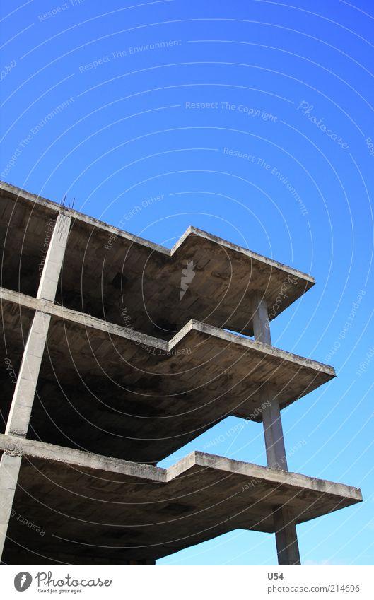 Skelett Haus Hochsitz Architektur Terrasse Beton Außenaufnahme Menschenleer Textfreiraum oben Blauer Himmel Wolkenloser Himmel Baustelle Säule Etage trist