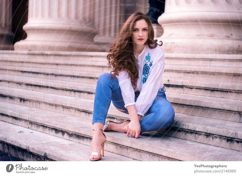 Schöne kaukasische Frau, die auf Treppen sitzt Mensch Jugendliche blau schön ruhig 18-30 Jahre Erwachsene Architektur feminin Haare & Frisuren Mode braun