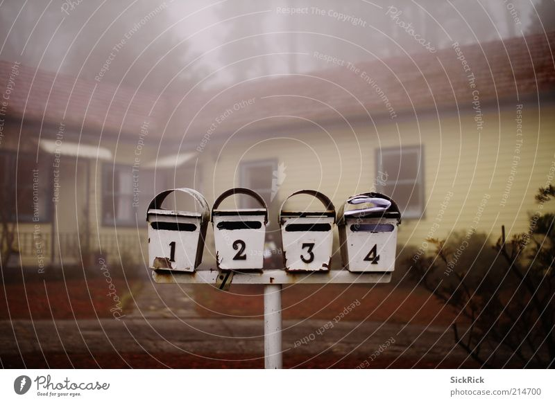 You've Got Mail Nebel Menschenleer Einfamilienhaus Briefkasten alt Dienstleistungsgewerbe Post dunkel Ziffern & Zahlen 2 3 4 unheimlich Gedeckte Farben