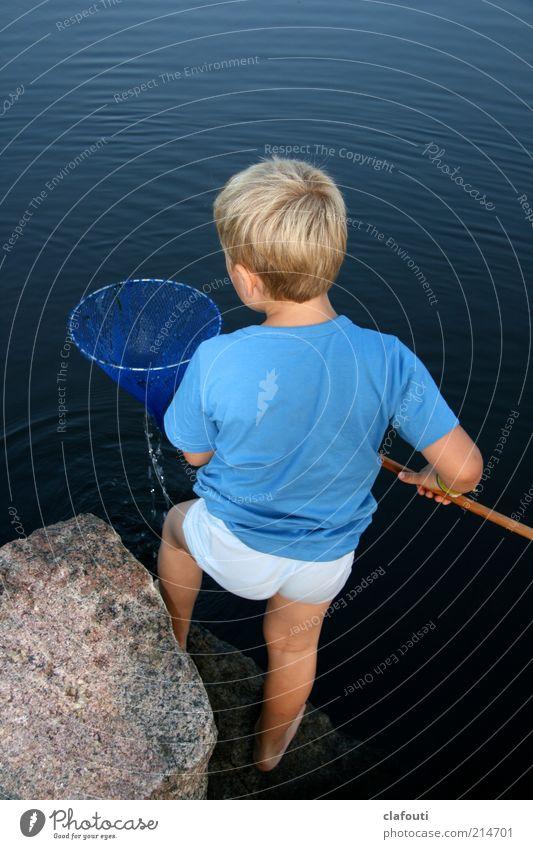 König der Fischer Mensch Kind Wasser Meer blau ruhig Spielen Glück Stein Zufriedenheit blond maskulin Felsen T-Shirt Idylle