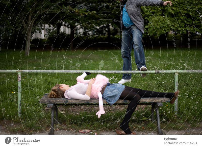 Standhaft bleiben Mensch Frau Mann Natur Freude Erwachsene Wiese feminin Leben Bewegung springen Stil Park liegen Lifestyle einzigartig