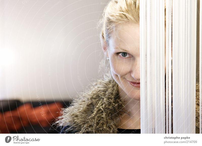 behind the curtain Stil Innenarchitektur Dekoration & Verzierung feminin Junge Frau Jugendliche Gesicht 1 Mensch 18-30 Jahre Erwachsene Fell blond schön