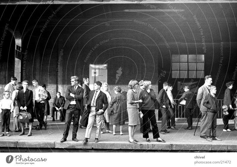 Am Bahnsteig Mensch Menschengruppe warten Eisenbahn retro Gleise Bahnhof geduldig Ausdauer Passagier