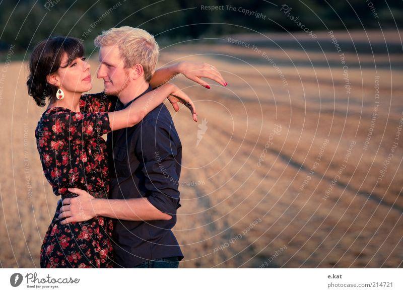 z.wei Freude Glück Mensch Junge Frau Jugendliche Junger Mann Paar Leben 2 18-30 Jahre Erwachsene Natur Sonnenlicht Sommer Feld Hemd Kleid beobachten Lächeln