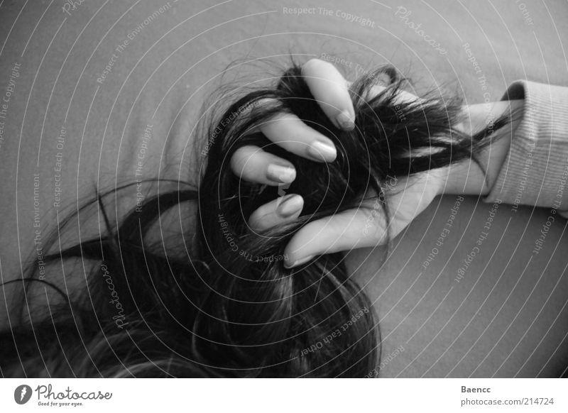 fest im Griff Haare & Frisuren Hand Finger schwarzhaarig langhaarig Locken festhalten Schwarzweißfoto Innenaufnahme Schatten Kontrast Haarsträhne Arme Tag