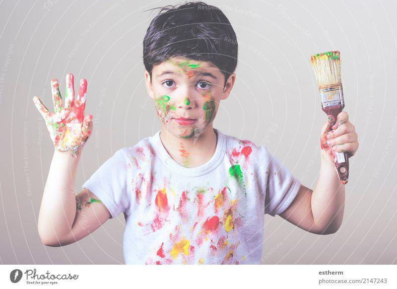 Junge mit bemaltem Gesicht und T-Shirt-Malerei Mensch Kind Freude Lifestyle lustig Spielen Glück maskulin dreckig Kindheit genießen Fröhlichkeit Abenteuer