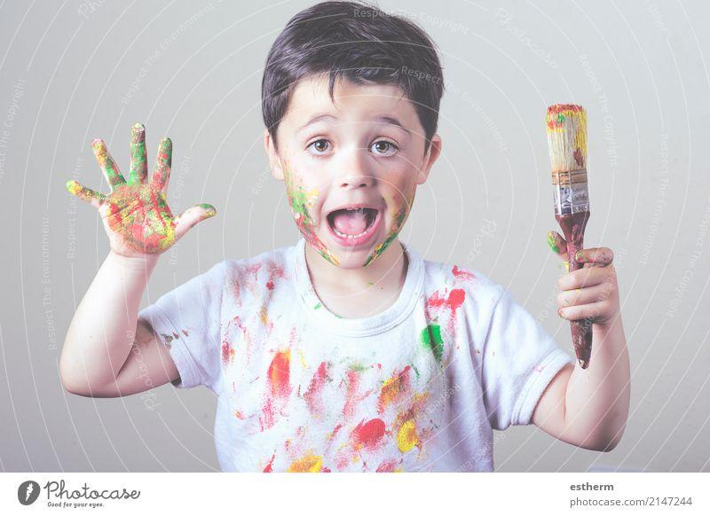Junge mit bemaltem Gesicht und T-Shirt-Malerei Lifestyle Freude Kinderspiel Bildung Kindergarten Schule Mensch maskulin Kleinkind Kindheit 1 3-8 Jahre Künstler