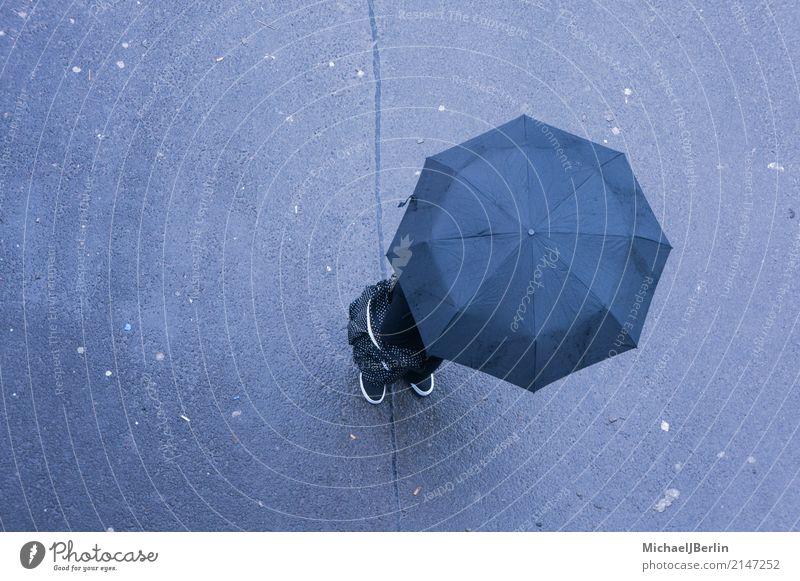 Mensch mit Regenschirm von oben Wetter stehen schlecht minimalistisch schlechtes Wetter anonym