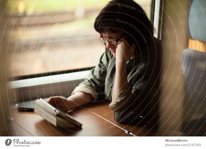 Frau im Zug liest auf Table Computer Mensch Ferien & Urlaub & Reisen Erholung Erwachsene feminin Verkehr sitzen Tisch Eisenbahn lesen Internet Mobilität online