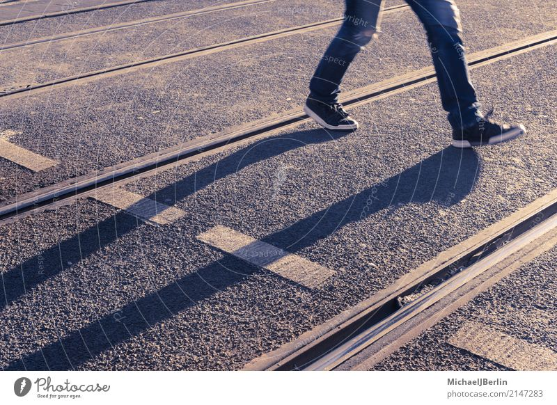 Lange Schatten von Fußgänger zwischen Straßenbahnschienen Mensch 1 Stadt Öffentlicher Personennahverkehr Straßenverkehr gehen laufen Berlin Deutschland
