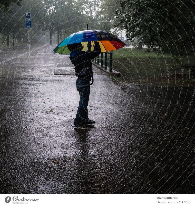 kleiner Junge unterm Regenschrim Kind Mensch Berlin Deutschland maskulin Park Europa Kindheit stehen Wassertropfen 8-13 Jahre Regenschirm Unwetter Kleinkind