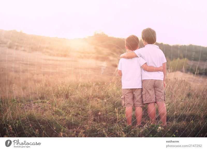 Brüder Mensch Kind Natur Landschaft Erwachsene Lifestyle Frühling Liebe Gefühle Junge Familie & Verwandtschaft Zusammensein Freundschaft maskulin Feld Kindheit