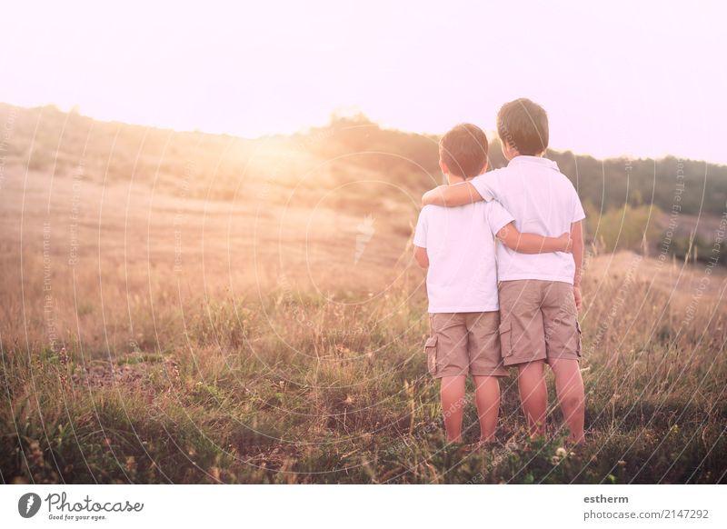 Mensch Kind Natur Landschaft Erwachsene Lifestyle Frühling Liebe Gefühle Junge Familie & Verwandtschaft Zusammensein Freundschaft maskulin Feld Kindheit