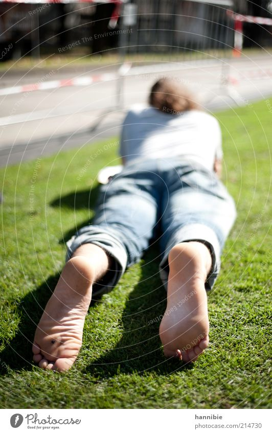 relax Mensch maskulin Junger Mann Jugendliche 1 18-30 Jahre Erwachsene Straße Zufriedenheit Gelassenheit ruhig Wien liegen Erholung Barfuß Wiese lesen Sonnenbad
