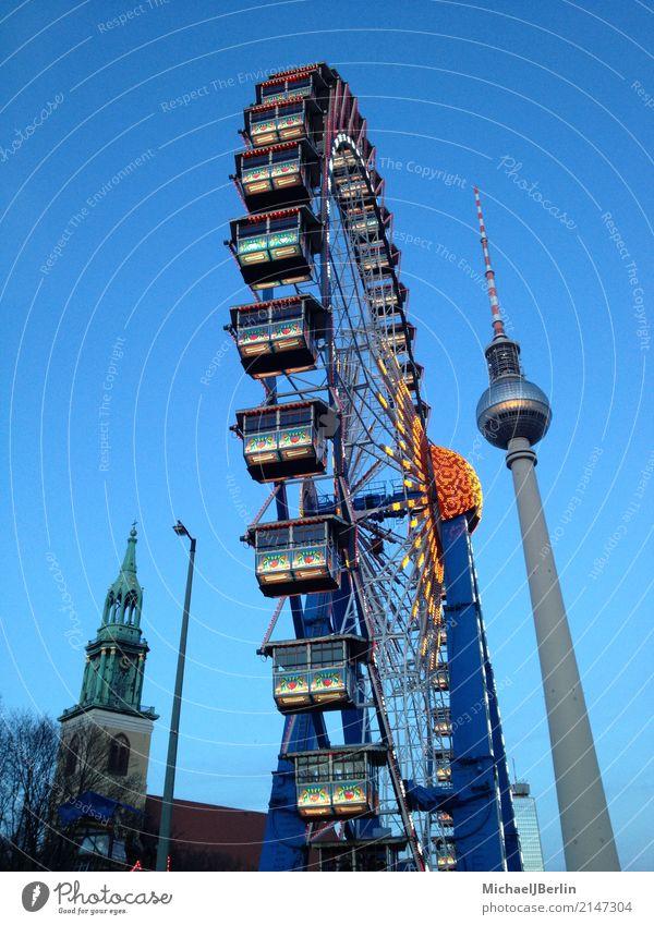 Riesenrad zum Weihnachtsmarkt am Alexanderplatz in Berlin Stadt Hauptstadt Stadtzentrum Sehenswürdigkeit Wahrzeichen Freude Fernsehturm Winter Himmel Farbfoto