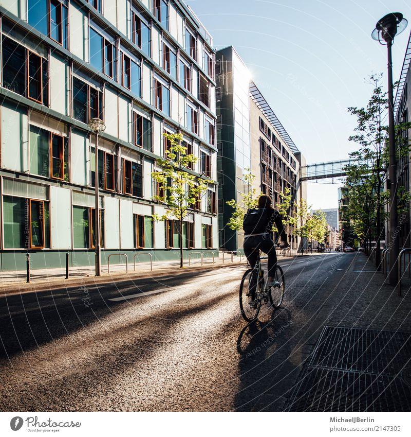 Mann auf Fahrrad Fitness Sport-Training maskulin Junger Mann Jugendliche 1 Mensch 18-30 Jahre Erwachsene Stadt Haus Fahrradfahren sportlich Straße Tag Farbfoto