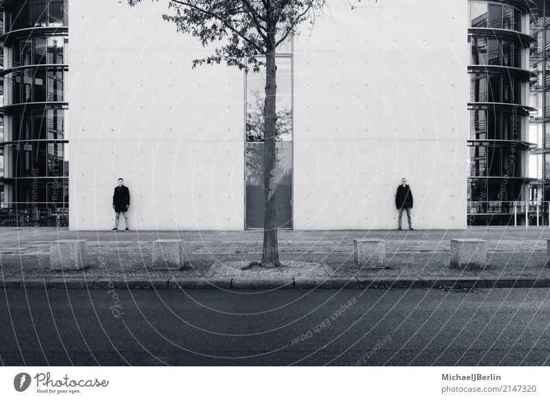 zwei Männer stehen an Wände maskulin Junger Mann Jugendliche 2 Mensch 18-30 Jahre Erwachsene Hauptstadt Mauer Wand Jeanshose Jacke Schwarzweißfoto Baum