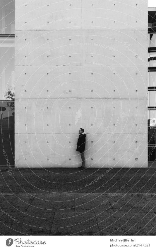 Mann steht an einer Wand Mensch Jugendliche Junger Mann 18-30 Jahre Erwachsene Berlin Mauer Deutschland maskulin stehen Hauptstadt Jacke