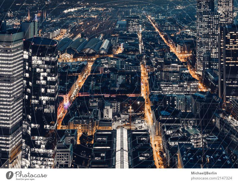 Feierabend Verkehr auf Straßen in Großstadt Frankfurt am Main Stadt Stadtzentrum Verkehrsmittel Verkehrswege Berufsverkehr orange Luftaufnahme geschäftsviertel