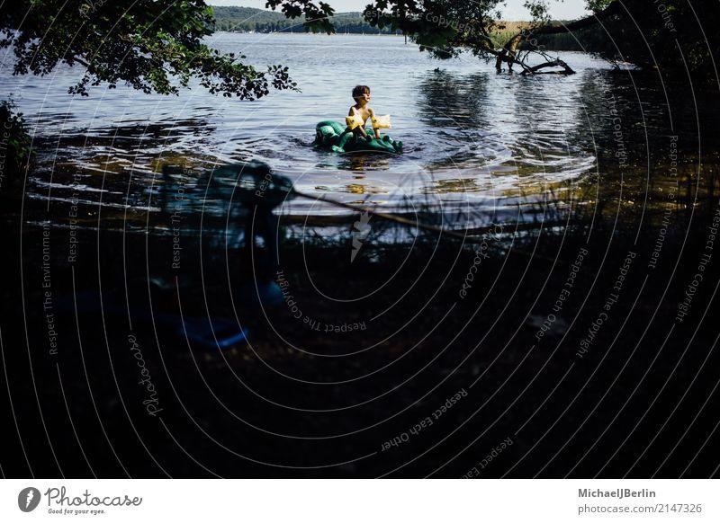 Junge sitzt auf luftgefülltem Plastik Krokodil in einem See Schwimmen & Baden maskulin Kleinkind 1 Mensch 3-8 Jahre Kind Kindheit Wasser Sonne Sommer Wärme Baum