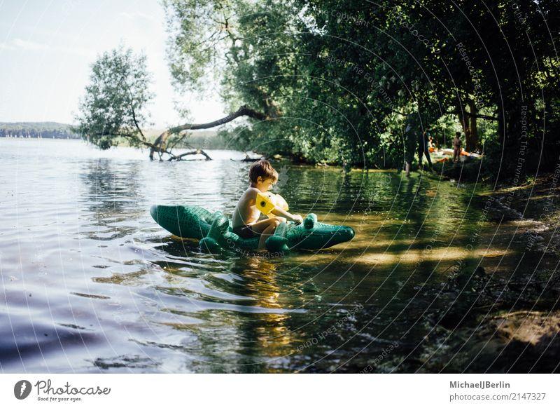 Junge sitzt auf luftgefülltem Plastik Krokodil in einem See Freude Schwimmen & Baden maskulin Kleinkind 1 Mensch 3-8 Jahre Kind Kindheit Wasser Sommer Wärme