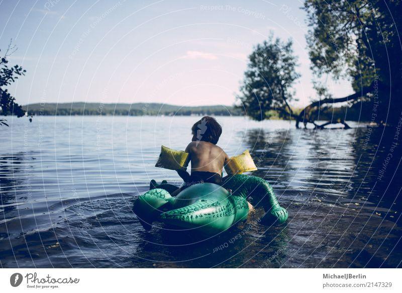 Junge auf Plastik Schwimmhilfe im See Spielen Im Wasser treiben Sommer Strand Seeufer maskulin Kind Kindheit 1 Mensch 3-8 Jahre Umwelt Natur Landschaft Baum