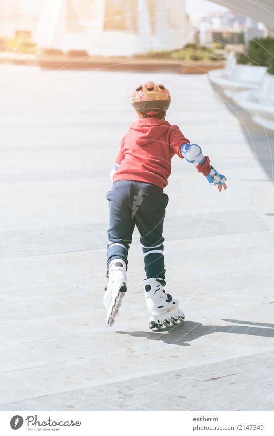 Kinderfreirollschuhe im Park. Mensch Stadt Freude Leben Lifestyle Bewegung Sport Junge Spielen Stimmung Freizeit & Hobby Zufriedenheit maskulin Kindheit