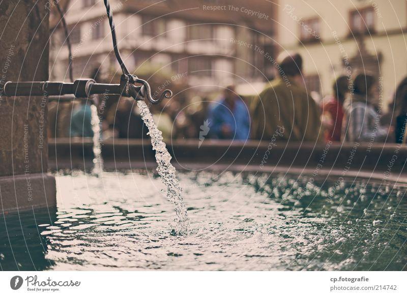 Zeitlos Mensch Wasser Stadt Ferien & Urlaub & Reisen Stein laufen Ausflug Sicherheit Tourismus Lebensfreude Dorf Brunnen Urelemente Stadtzentrum Schönes Wetter