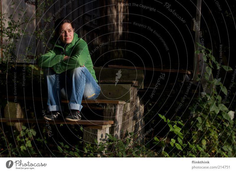 warten. Mensch Frau Jugendliche grün Einsamkeit Haus Erwachsene Wald Erholung Garten Traurigkeit Denken träumen braun Treppe
