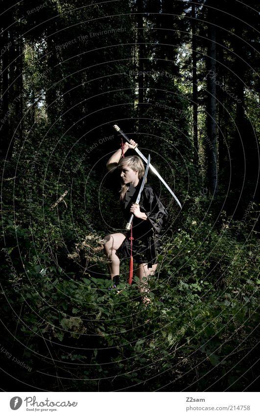 Todestanz Mensch Jugendliche Junge Frau Baum 18-30 Jahre dunkel Wald Erwachsene Sport Kraft blond Sträucher Tanzen gefährlich Macht Wut