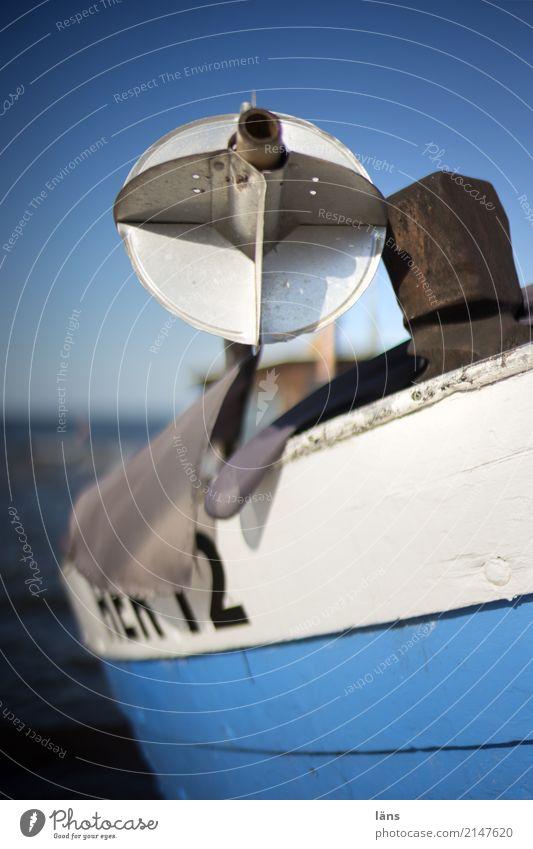 Fischerboot Fischereiwirtschaft Motorboot authentisch maritim blau weiß stagnierend Himmel Horizont Meer Usedom Farbfoto Außenaufnahme Textfreiraum oben Tag
