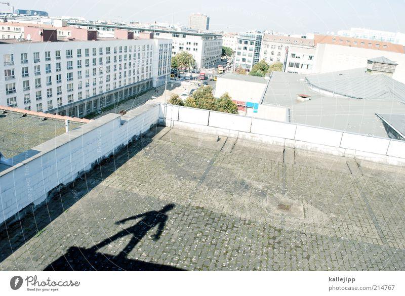 wir kinder dieser stadt Mensch Mann Stadt Erwachsene Haus Leben Wand Berlin Architektur Gebäude Mauer maskulin Hochhaus stehen Lifestyle