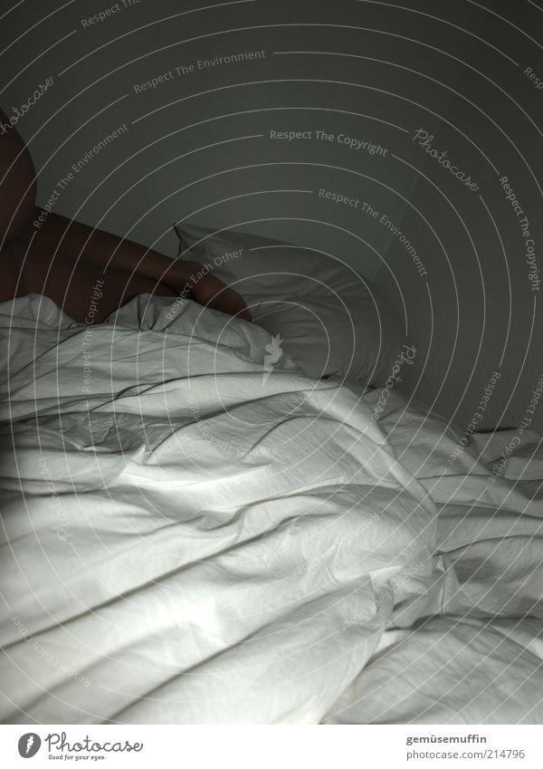versteckspiel Mensch schön Erwachsene Erholung feminin Gefühle Wärme träumen Beine Fuß Zufriedenheit Haut liegen schlafen authentisch Bett