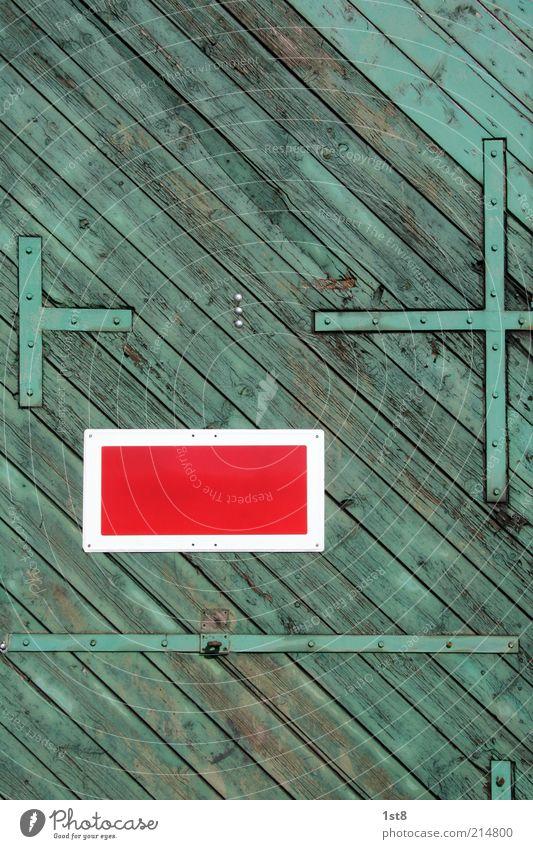 this house is a circus alt grün Haus Gebäude Architektur Tür Verkehr ästhetisch einfach Tor Holzbrett Holz eckig Ilmenau
