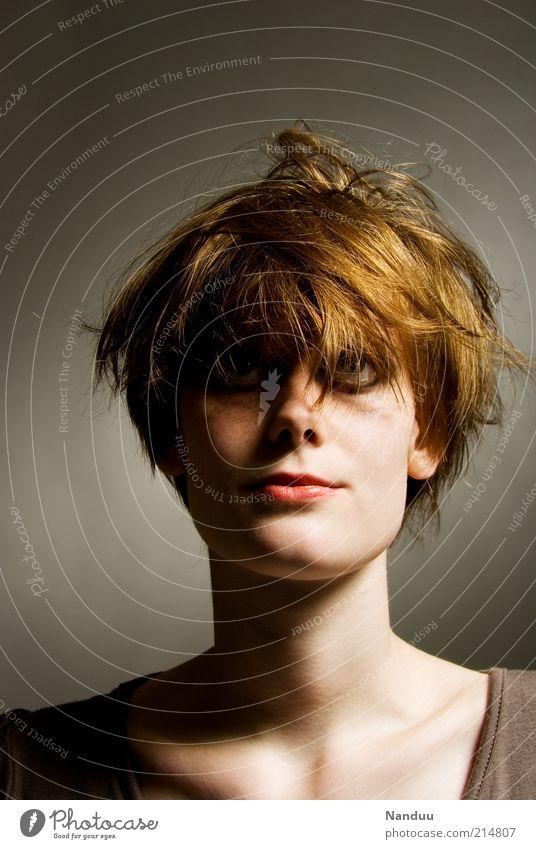 :roll: Mensch feminin Junge Frau Jugendliche 1 18-30 Jahre Erwachsene rothaarig kurzhaarig einzigartig dünn Gefühle Stimmung Unlust seltsam verwuschelt Porträt