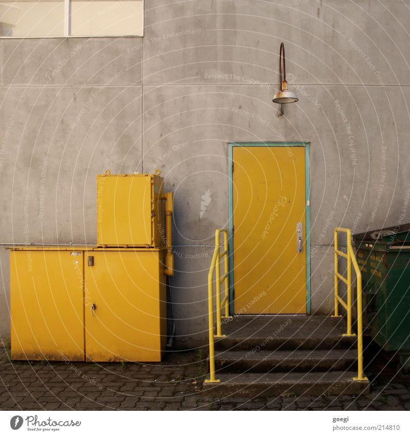 storage alt grün gelb Lampe Wand Fenster Mauer Gebäude Metall Glas Tür Beton Fassade Treppe trist Fabrik