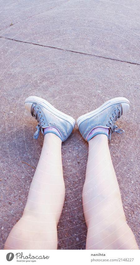 Teen Mädchen Beine tragen Jeans Turnschuhe Mensch feminin Junge Frau Jugendliche Fuß 18-30 Jahre Erwachsene Strümpfe Stein sitzen warten Coolness dünn