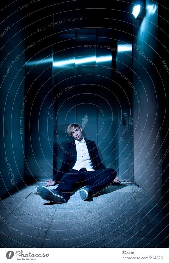 KRISE Mensch Jugendliche Einsamkeit dunkel Gebäude Business Architektur blond Erwachsene Perspektive Jeanshose kaputt Anzug Zeit Fahrstuhl Mann