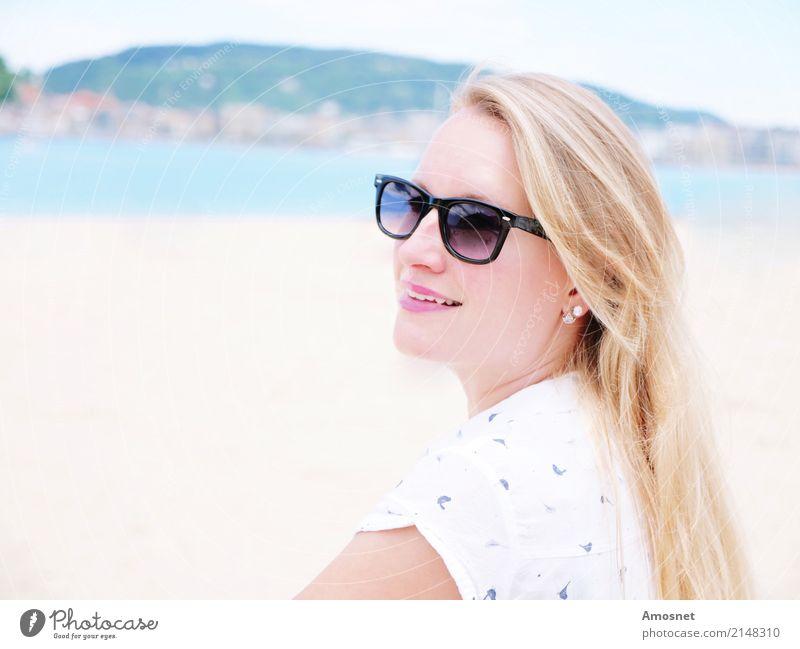 Blonde junge Frau am Strand mit Sonnenbrille Lifestyle Erholung Ferien & Urlaub & Reisen Tourismus Mensch feminin Erwachsene 1 18-30 Jahre Jugendliche blond