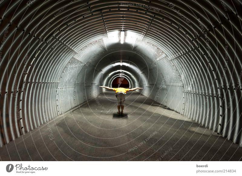 sTartklar Mensch Leben dunkel Stimmung Zufriedenheit fliegen maskulin Kreis stehen rund außergewöhnlich Mitte Tunnel skurril Luftverkehr