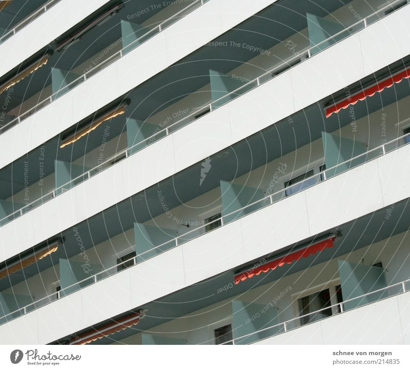 1'252 m ü. M. Vals Schweiz Kleinstadt Haus Bauwerk Gebäude Architektur Fassade Balkon Terrasse Beton Glas Metall Stahl Stadt Markise Farbfoto Gedeckte Farben