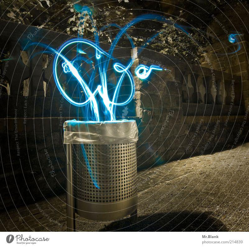 Elektrosmog Umwelt Sack Zeichen Müllbehälter fliegen Tanzen dunkel kalt verrückt blau grau silber Einsamkeit innovativ Surrealismus Außenaufnahme Experiment