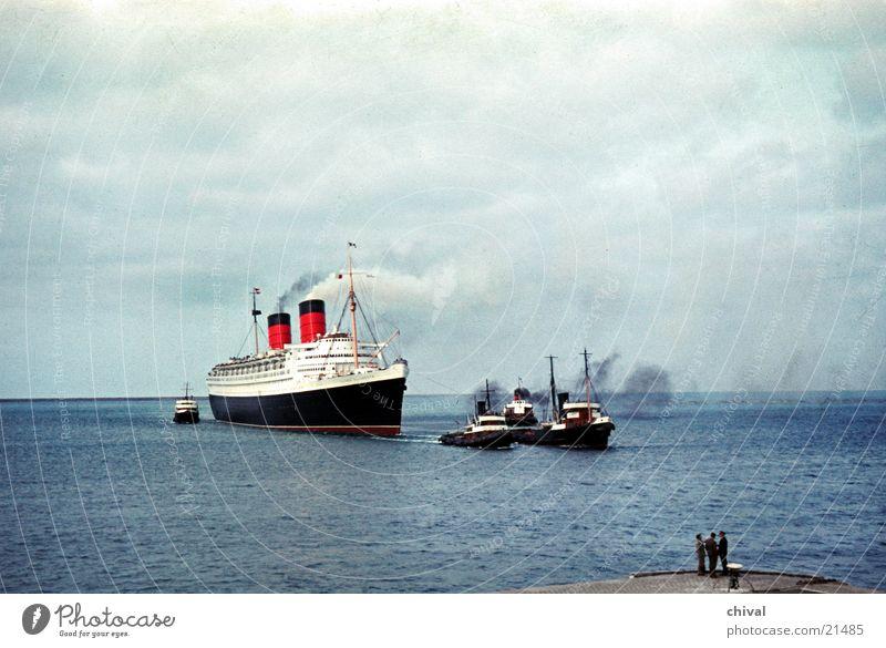 Queen Elizabeth Meer Wasserfahrzeug Schlepper Schifffahrt Kreuzfahrt Frankreich Europa Lotsen Hafen Queen Mary
