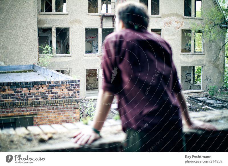 balkon mit aussicht Mensch Jugendliche Stadt Erwachsene Leben kalt dunkel Fenster Wand Traurigkeit Mauer träumen dreckig Fassade warten maskulin