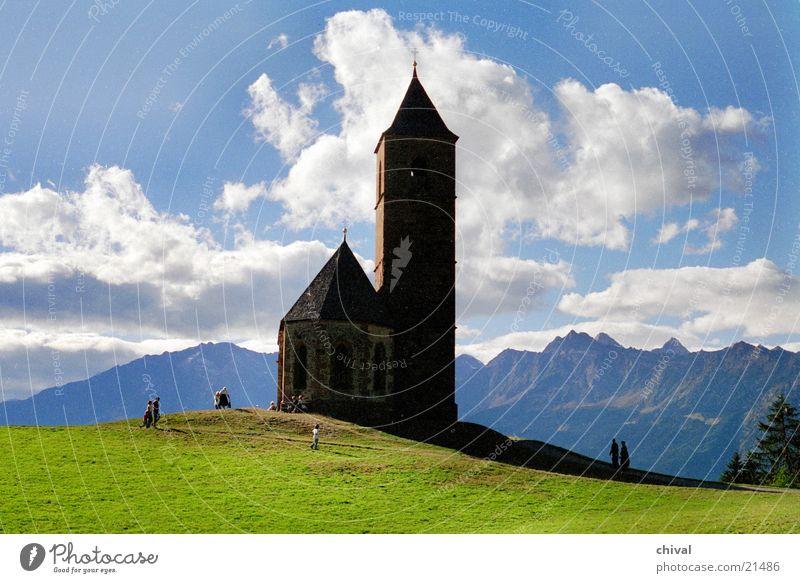Bergkirche Wolken wandern Silhouette Panorama (Aussicht) Gegenlicht Berge u. Gebirge Religion & Glaube Sonne Alpen Kontrast groß